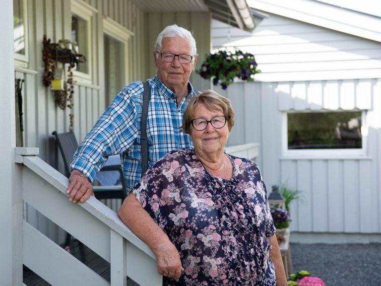 Berit og Kjell Bragstad på trappa