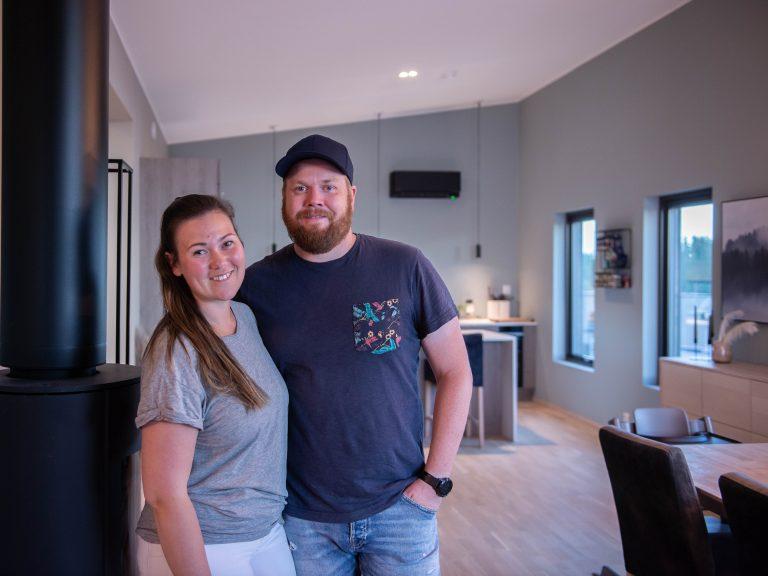 Ida og Jan Inge på kjøkkenet med Daikin Stylish varmepumpe på veggen